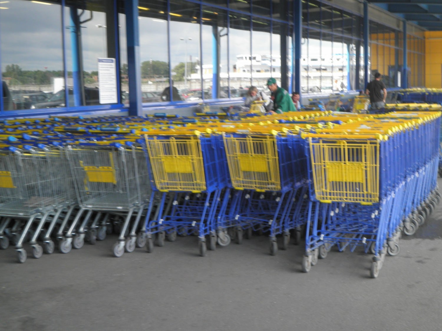 Shopping carts at Lenta