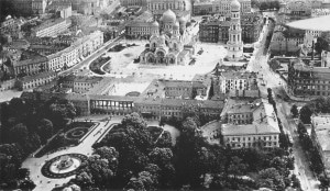 This photo shows Piłsudski Square around 1912 just after work on the Alexander Nevsky Cathedral was completed. Just before WWI, the Saxon Palace has also yet to have been damaged or destroyed.