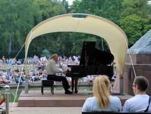 Chopin pianist playing for aficionados